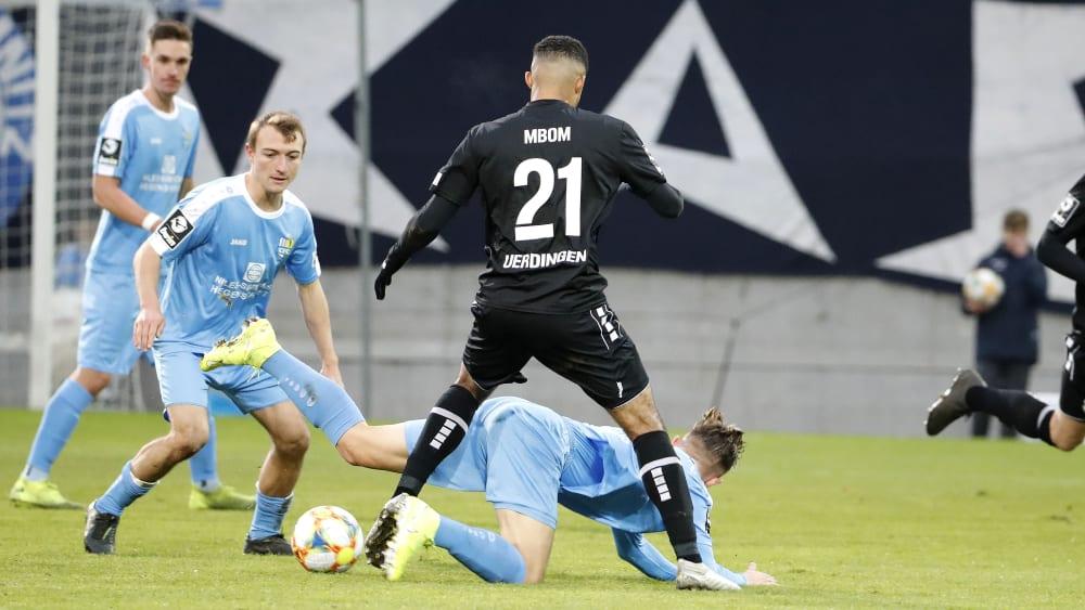 Chemnitzer FC gegen KFC Uerdingen: Daniel Bohl, Jean-Manuel Mbom und am Boden Erik Tallig