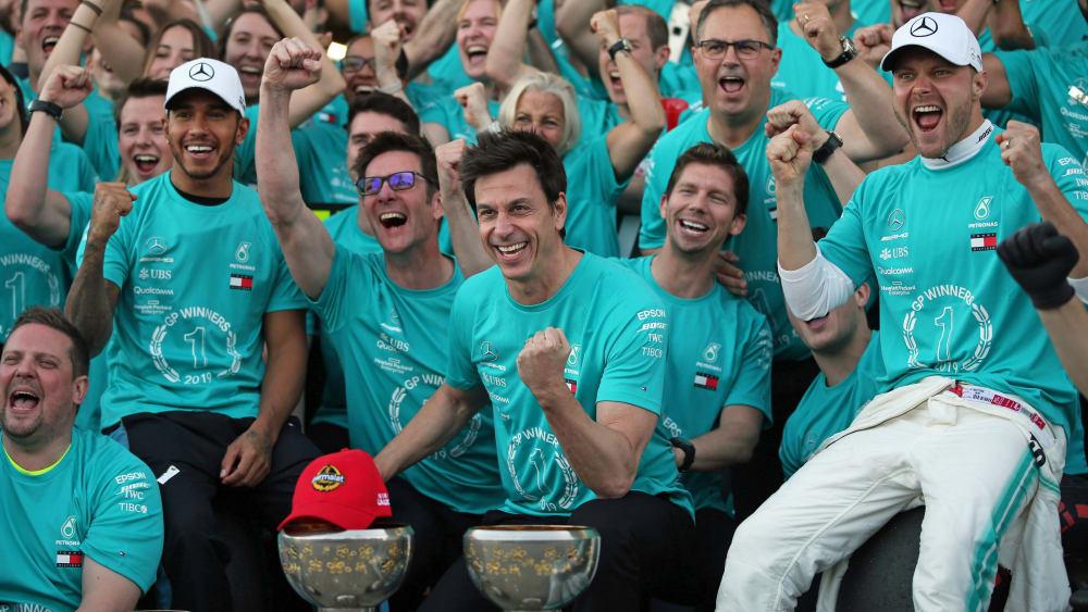 Der sechst Konstrukteurs-Titel in Serie: Das Mercedes-Team um Teamchef Toto Wolff (Mitte) feiert die Weltmeisterschaft.
