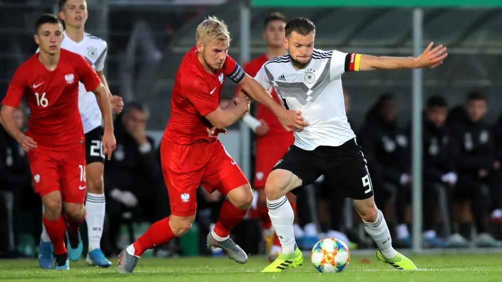 Intensives Duell: Polens Tomasz Makowski im Zweikampf mit Manuel Wintzheimer (r.)