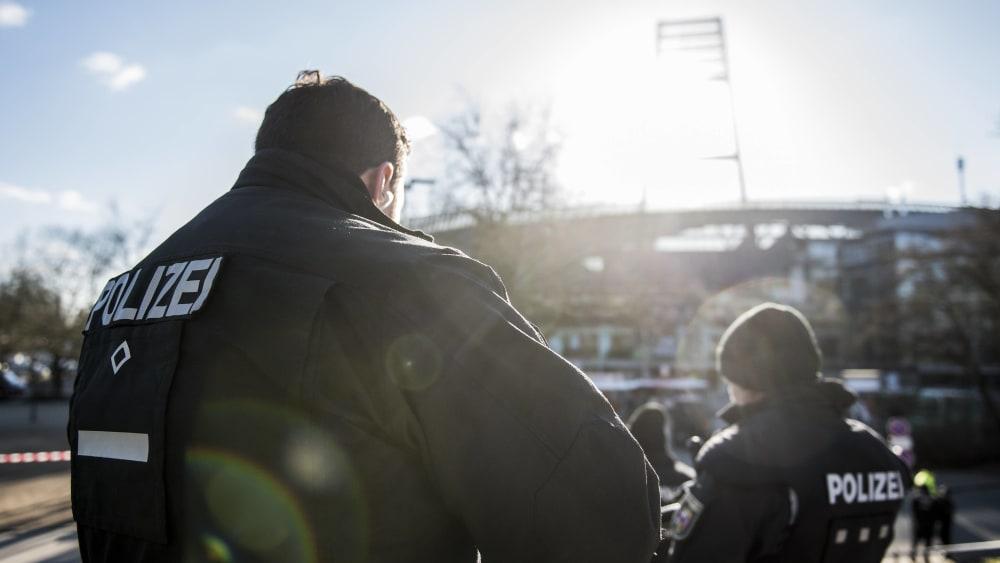 Polizisten vor dem Bremer Stadion