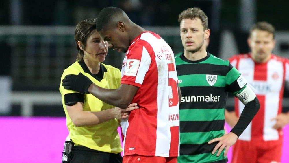 Schiedsrichterin Katrin Rafalski spricht mit Leroy Kwadwo nach den rassistischen Beleidigungen.