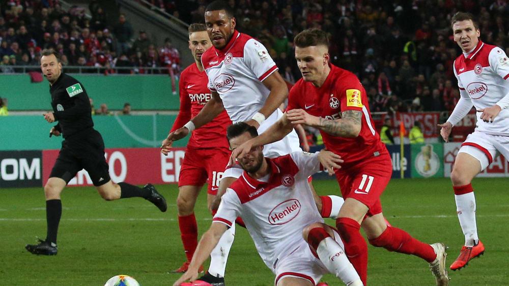 Strafstoß: Niko Gießelmann foult Florian Pick (#11).
