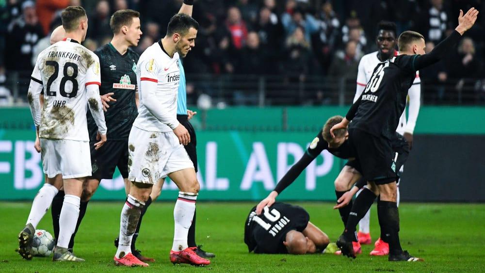 Unschönes Ende eines Pokalspiels: Filip Kostic sieht Rot, Ömer Toprak liegt verletzt auf dem Rasen.