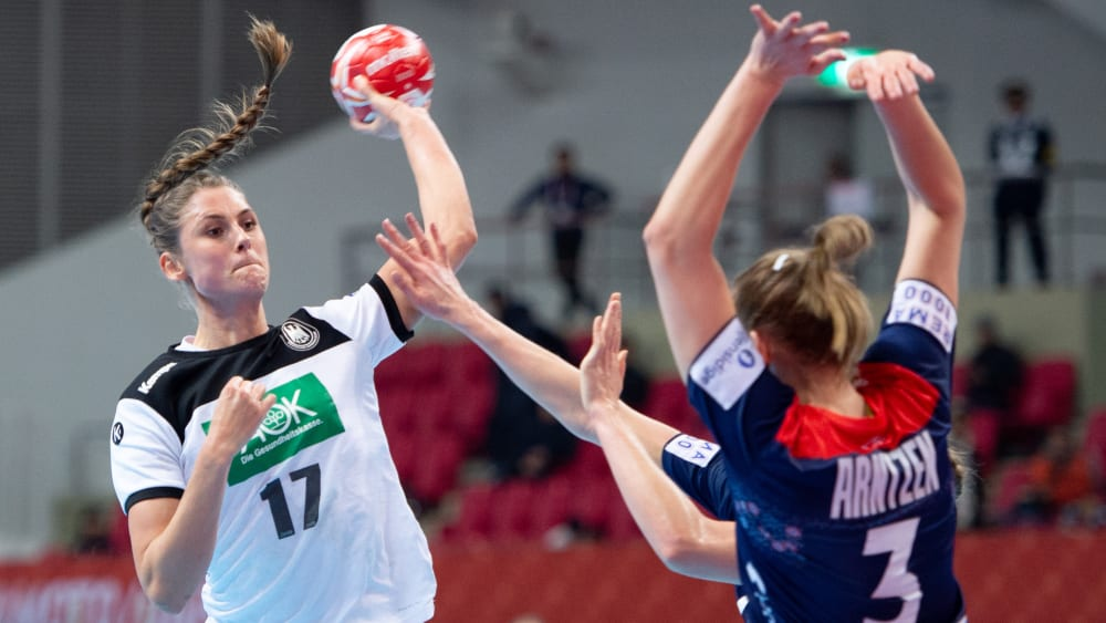 Die Lücke zu selten gefunden: Alicia Stolle beim Wurf gegen die Norwegerin Emilie Hegh Arntzen.