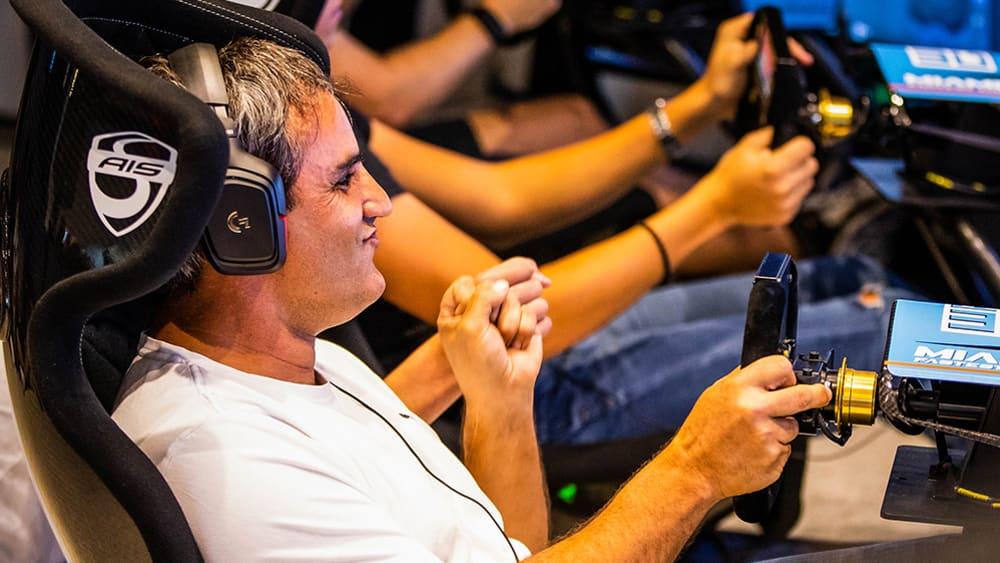 Juan Pablo Montoya nimmt es im Simulator mit anderen Rennfahrern und SimRacern auf.