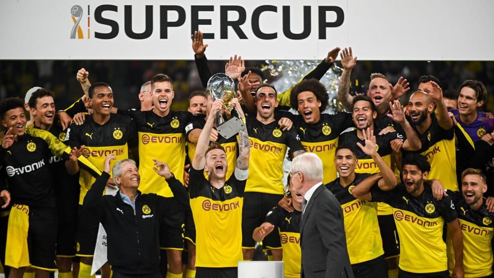 Große Freude: Kapitän Marco Reus streckt den Supercup in die Luft.