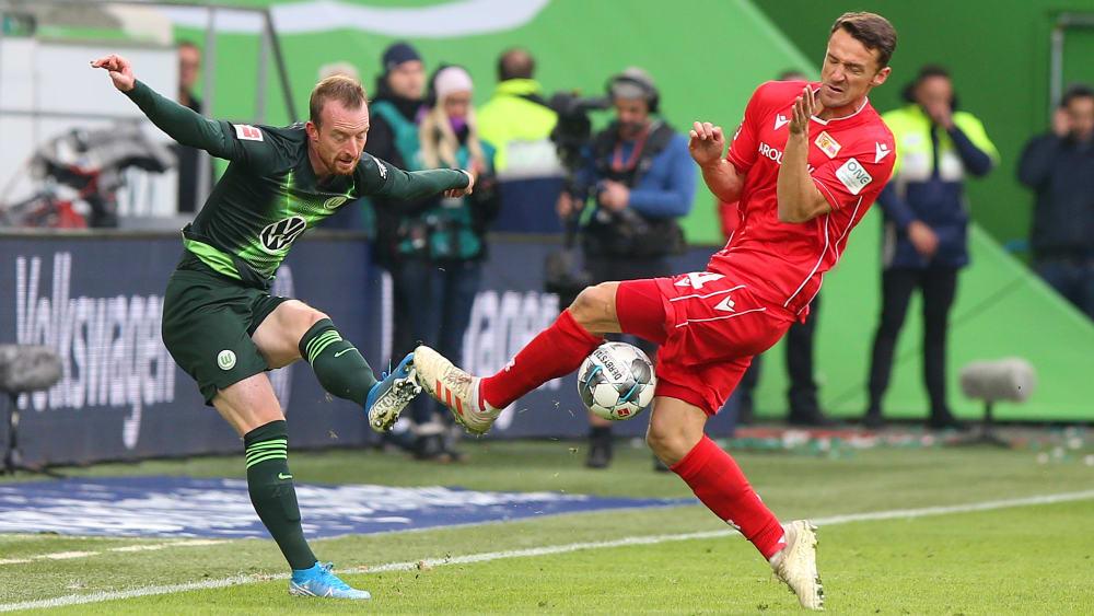 Tanz um den Ball: Wolfsburgs Maximilian Arnold im Duell mit Christian Gentner (r.).