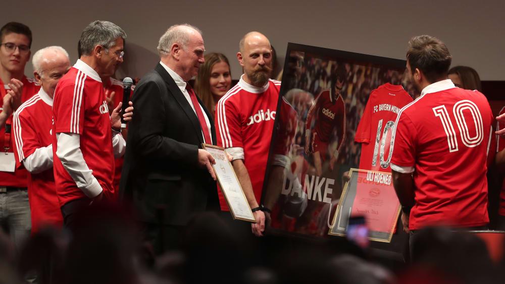 Neu-Präsident Herbert Hainer (links) und Ehrenpräsident Uli Hoeneß stehen auf der Bühne während der Jahreshauptversammlung des FC Bayern München.