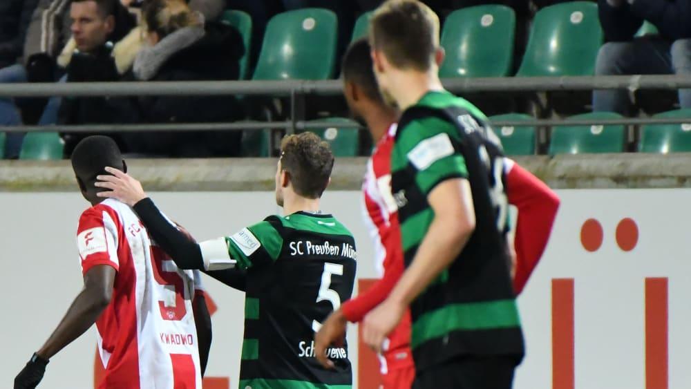 Spieler beider Mannschaften bei der Partie zwischen Preußen Münster und den Würzburger Kickers.
