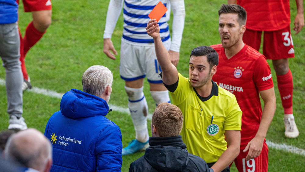 Schiedsrichter Asmir Osmanagic zeigt MSV-Torwarttrainer Sven Beuckert die Rote Karte.