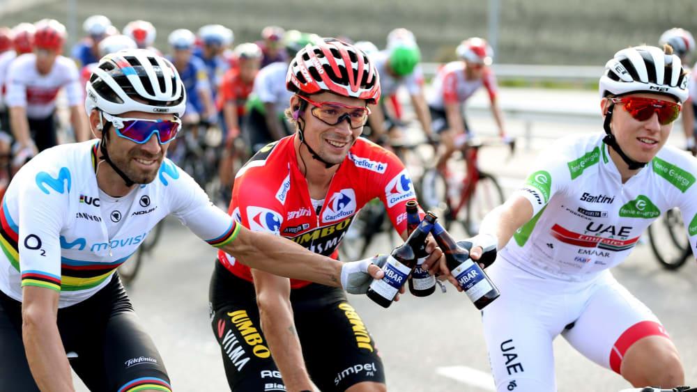 Vuelta-Sieger Primoz Roglic mit dem zweitplatzierten Alejandro Valverde (li.) und dem dritten Tadej Pogacar.