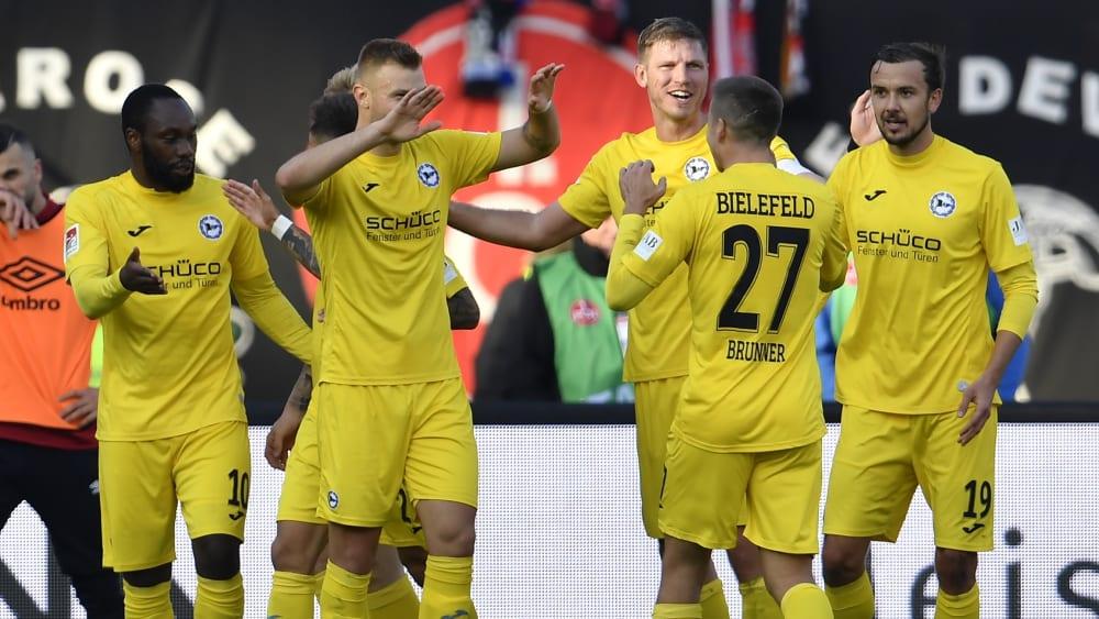 Die Bielefelder Mannschaft bejubelt ihren Kantersieg