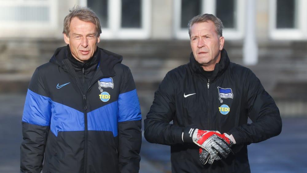 Hertha-Coach Jürgen Klinsmann will Andreas Köpke (re.) als Torwarttrainer behalten.