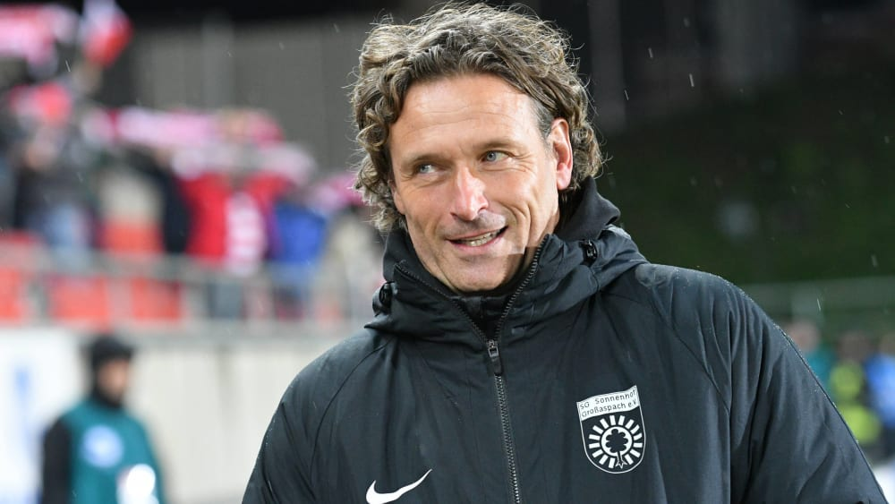 SG Sonnenhof Großaspach-Coach Oliver Zapel lacht.