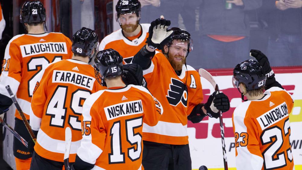 Spieler der Philadelphia Flyers klatschen sich beim Gang in die Kabine ab.