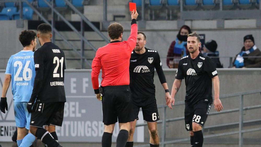 Uerdingens Kevin Großkreutz (in der Mittte) sieht in der Partie gegen den Chemnitzer FC (1:1) von Schiedsrichter Jonas Weickenmeier die Gelb-Rote Karte.