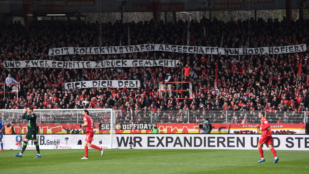 Dafür gibt es auch weiterhin Strafen, aber keine Spielunterbrechungen mehr: Anti-DFB-Banner von Union-Berlin-Fans gegen Wolfsburg.