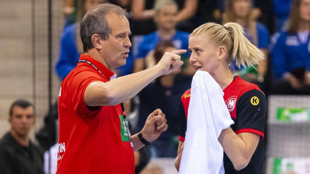 Frauen-Bundestrainer Henk Groener im Gespräch mit Kapitänin Kim Naidzinavicius