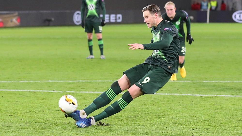 Wolfsburgs Angreifer Wout Weghorst ist beim Elfmeter ausgerutscht.