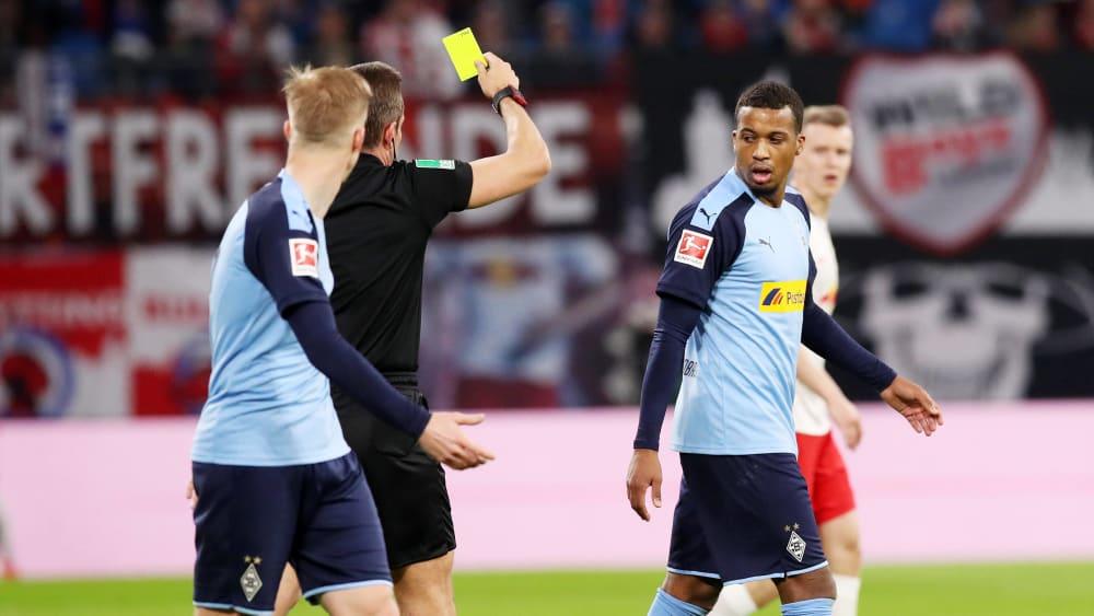 Gladbach-Stürmer Alassane Plea sieht in Leipzig für eine Unsportlichkeit Gelb - kurz danach sogar Gelb-Rot