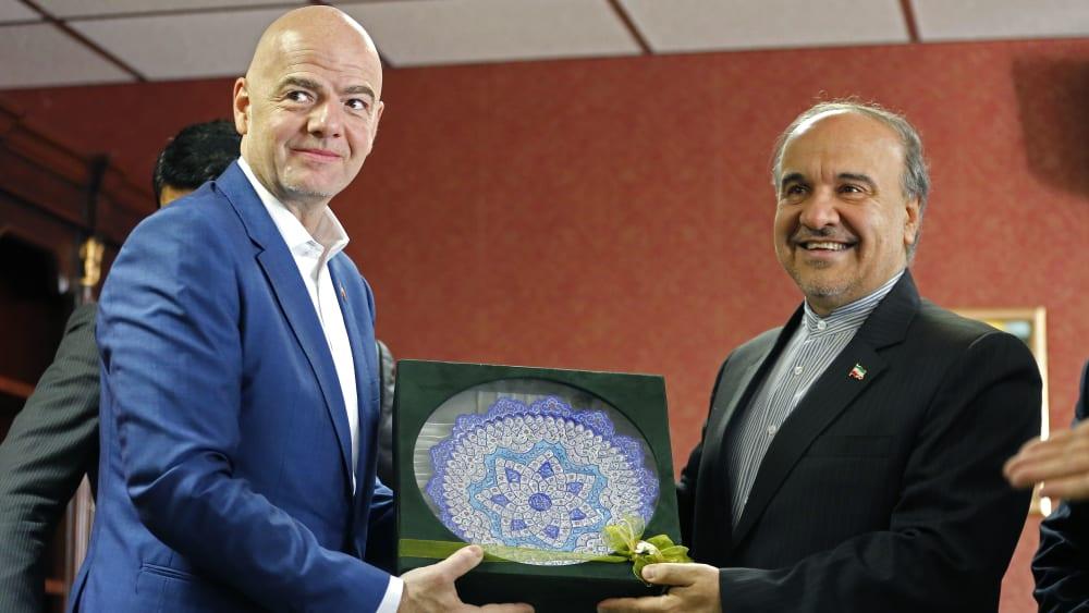 FIFA-Präsident Gianni Infantino (li.) mit Irans Sportminister Masoud Soltanifar.