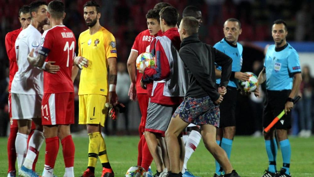 Unerlaubter Zutritt: Ein Fan (3.v.r.) kam während des Portugal-Spiels auf den Rasen.