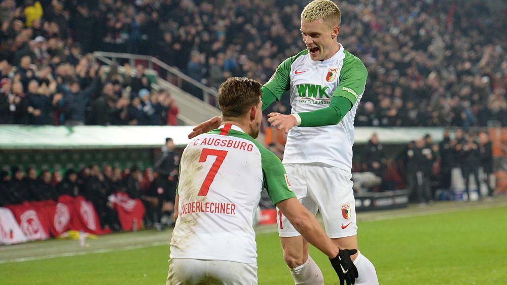 Florian Niederlechner und Philipp Max sind Spieler des FC Augsburg.