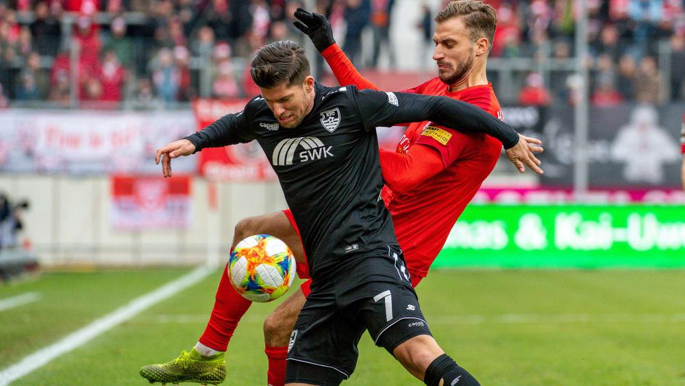 Pascal Sohm vom Halleschen FC bearbeitet Uerdingens Christian Dorda (vorne).
