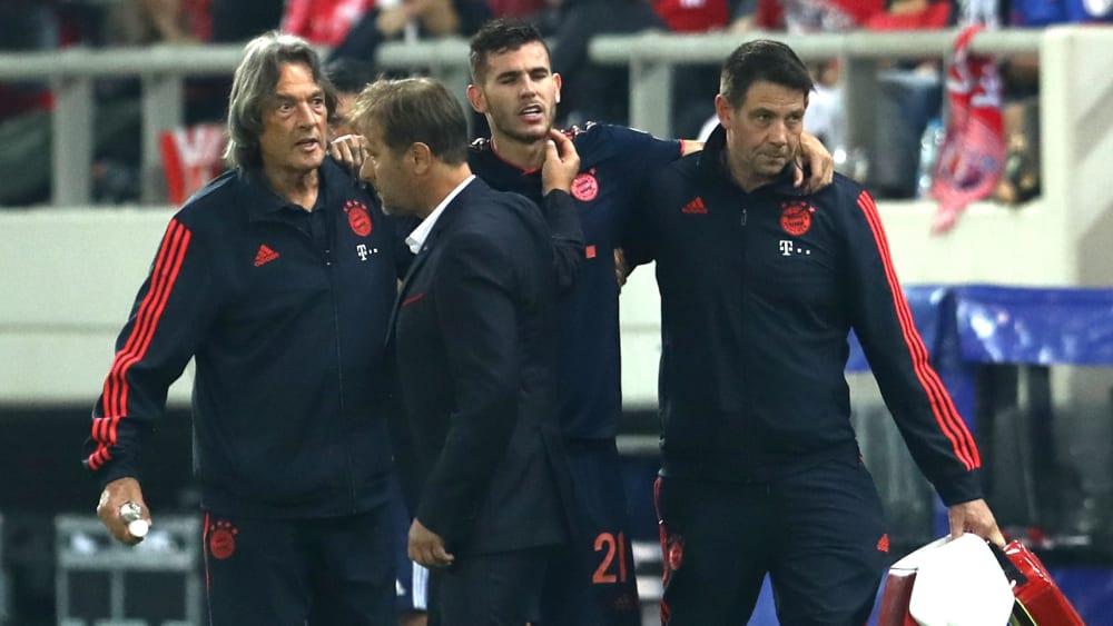 Bayern-Profi Lucas Hernandez verlässt angeschlagen den Platz.