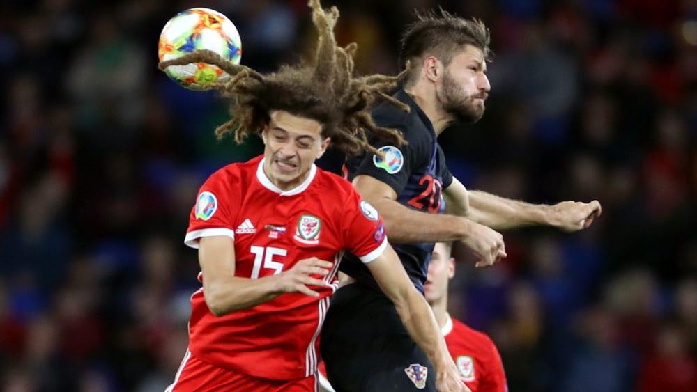 Dieser Moment schmerzte: Ethan Ampadu (li.) wird von Kroatiens Petkovic getroffen.