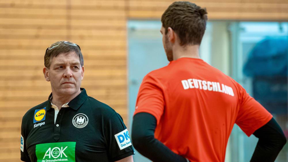 Bundestrainer Alfred Gislason im Gespräch mit Hendrik Pekeler