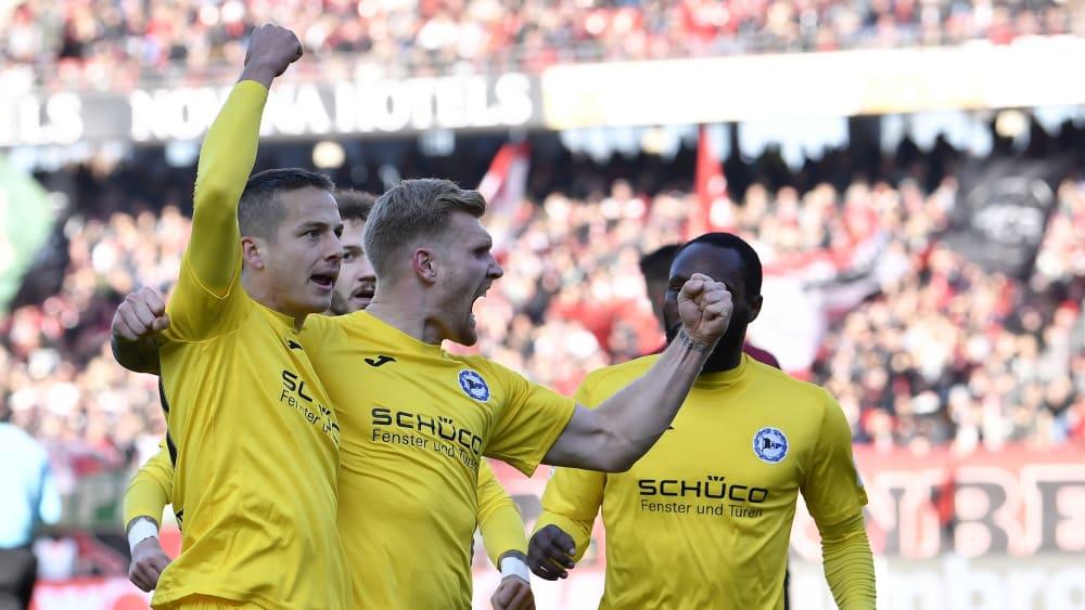 Jubel bei der Arminia: Bielefeld hat mit einem Sieg in Nürnberg die Tabellenführung übernommen.