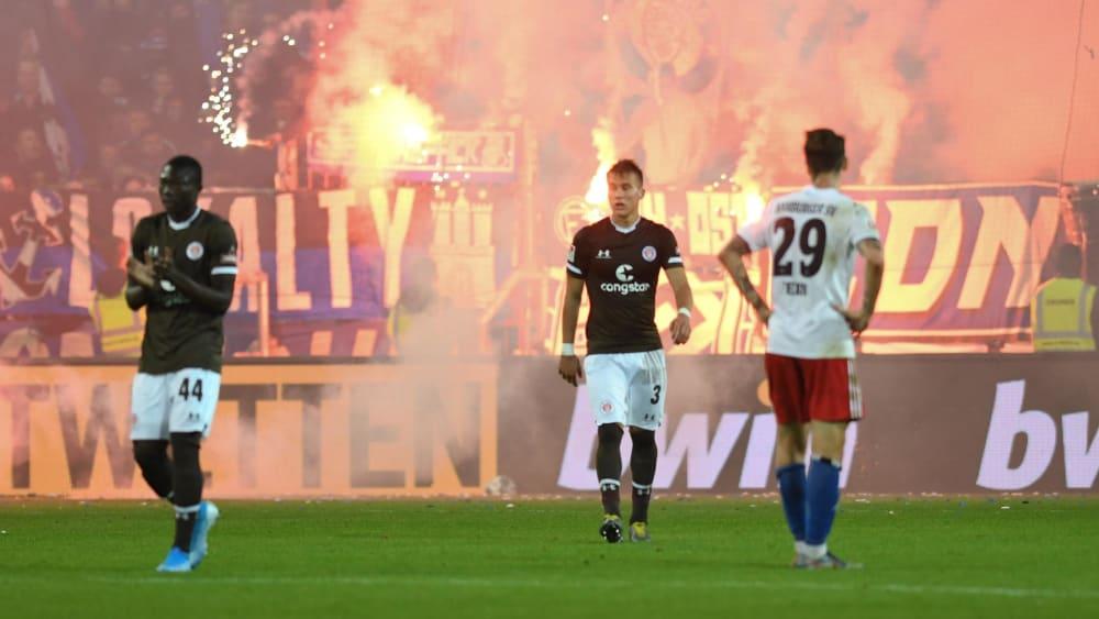 Teure Pyrotechnik: Das Stadtderby zwischen dem FC St. Pauli und dem HSV musste unterbrochen werden.