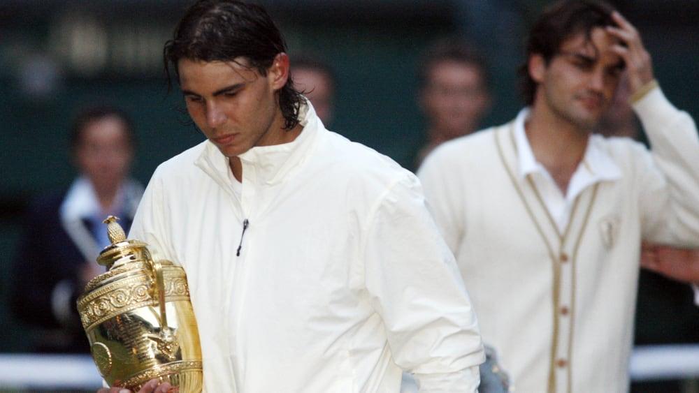So lief es 2008: Kurz vor Anbruch der Dunkelheit schnappt sich Rafael Nadal die Trophäe in Wimbledon.