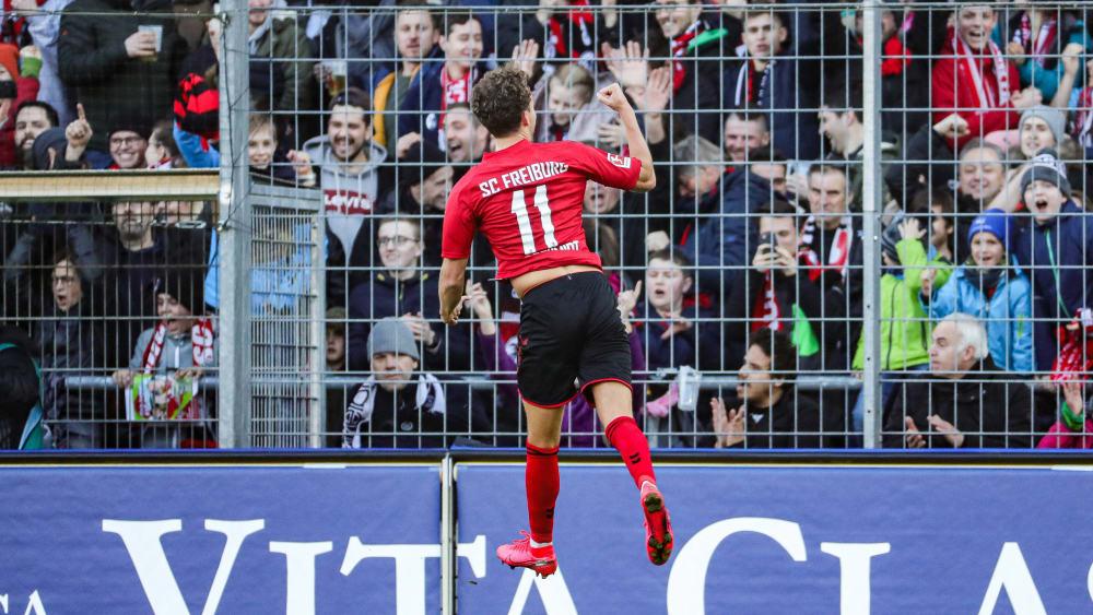 Luca Waldschmidt bejubelt mit den Freiburger Fans sein Führungstor