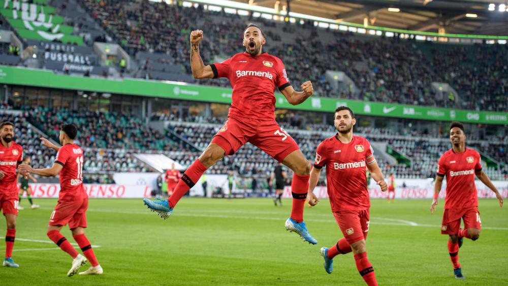 Jubelsprung: Karim Bellarabi (M.) freut sich über sein soeben erzieltes 1:0.