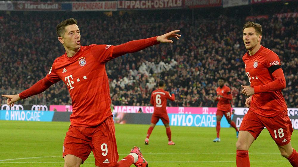 Robert Lewandowski und Leon Goretzka freuen sich nach dem 1:0 für den FC Bayern München.