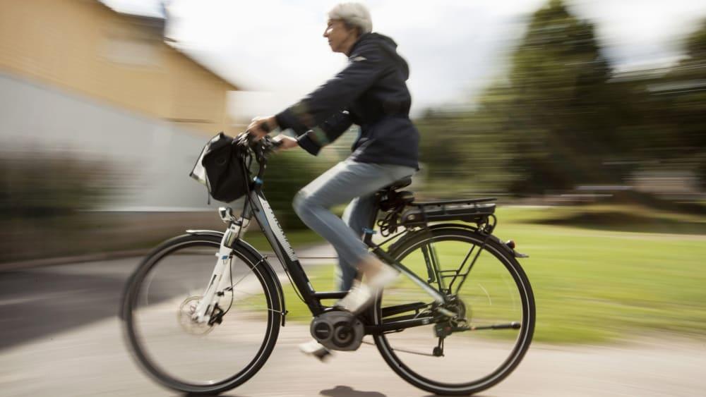 E-Bike-Fahrerin
