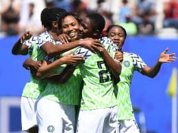 Slapstick-Geschenk mit etwas Hand, ein Sprint und Präzision: Nigeria siegt 2:0