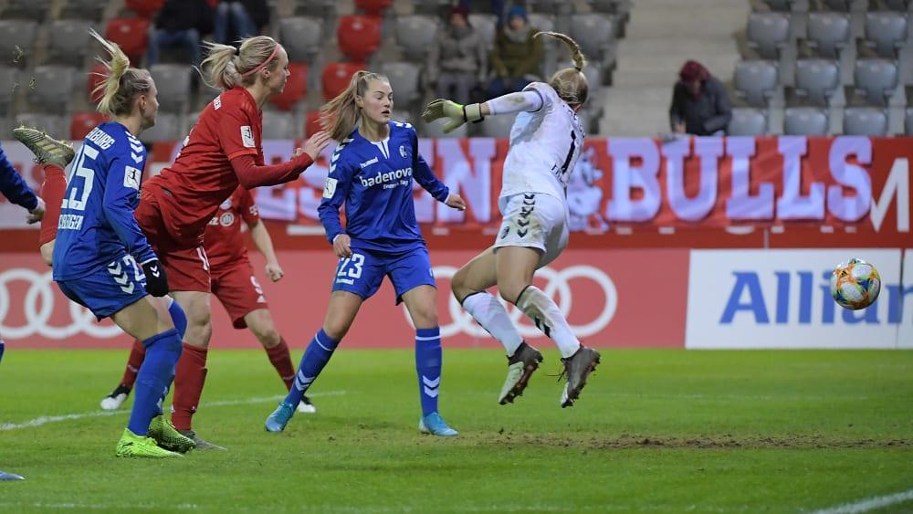 Die Entscheidung: Die Münchnerin Ilestedt trifft per Kopf zum 2:0 gegen Freiburg.