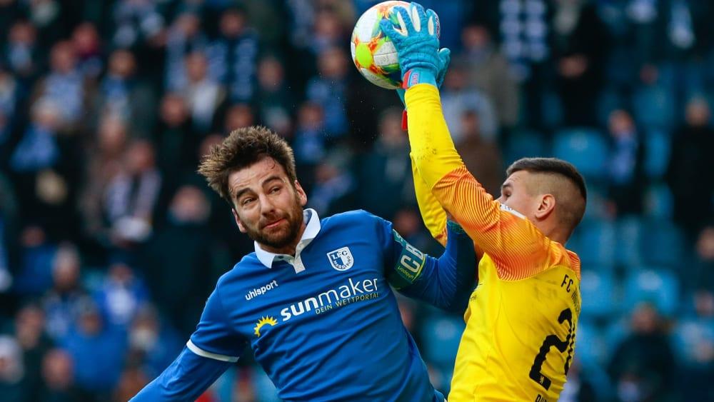 Magdeburgs Christian Beck gegen Ingolstadts Torwart Fabijan Buntic.