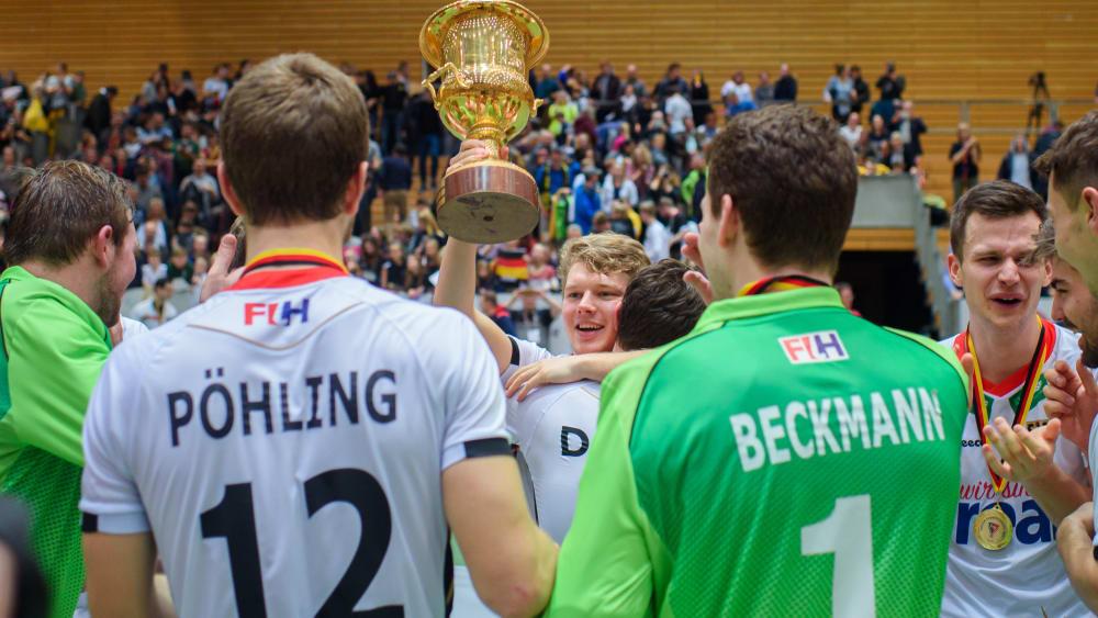 Die deutschen Hockey-Herren feiern den Gewinn der Hallen-Europameisterschaft in Berlin