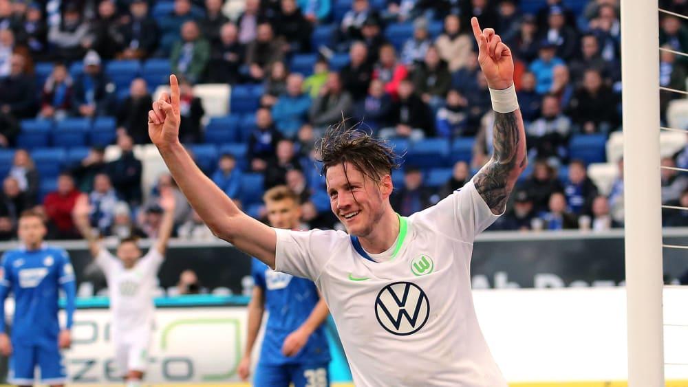 Wolfsburgs Wout Weghorst dreht nach seinem Treffer jubelnd ab