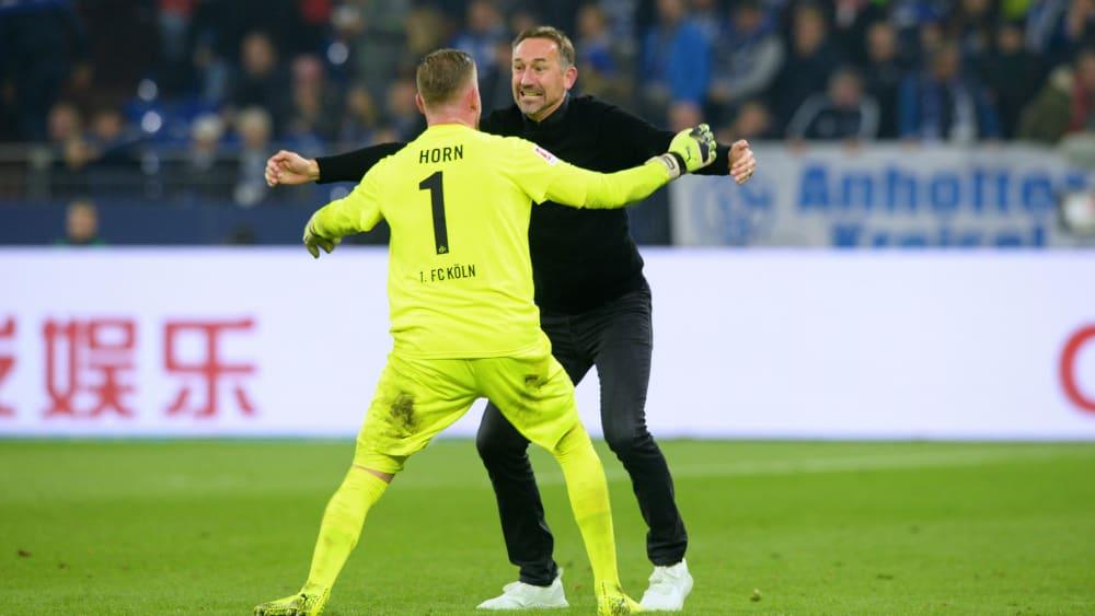 Schlussjubel: Timo Horn und Achim Beierlorzer (r.) freuen sich über das Remis auf Schalke.