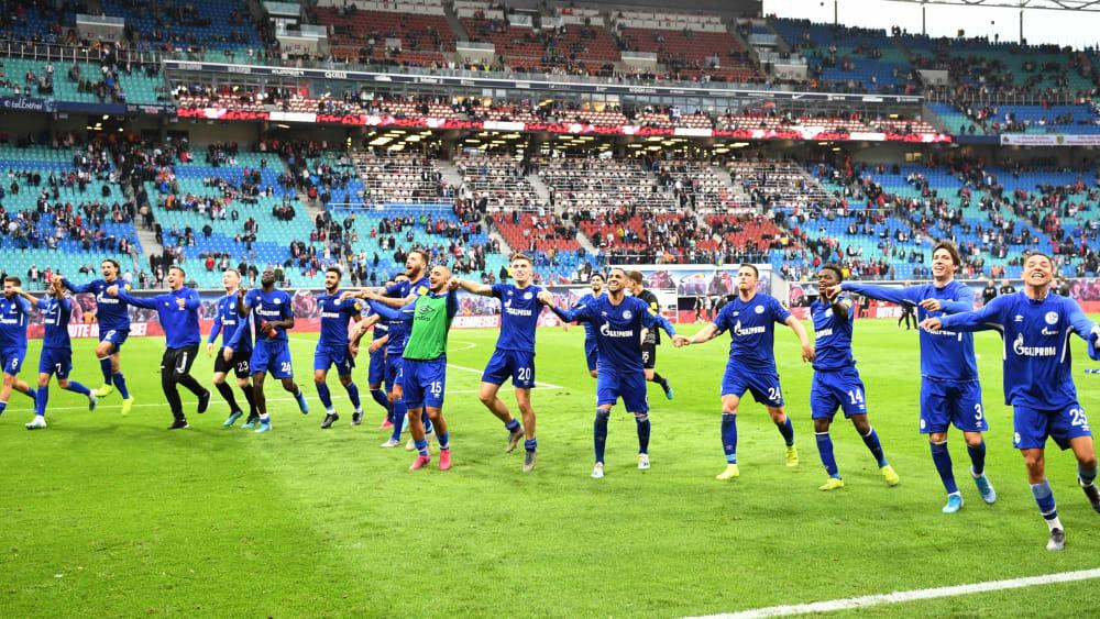 Kollektiver Jubel: Schalkes Mannschaft feiert den Auswärtssieg in Leipzig mit den Fans.