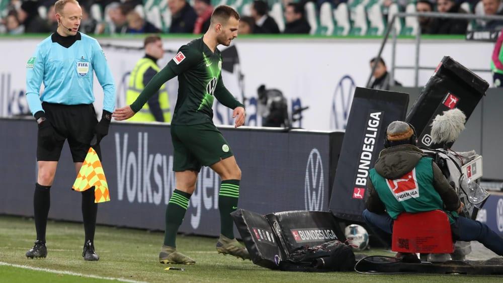 Wütender Abgang: Marin Pongracic tritt nach seinem Platzverweis gegen Düsseldorf gegen eine Werbebande.