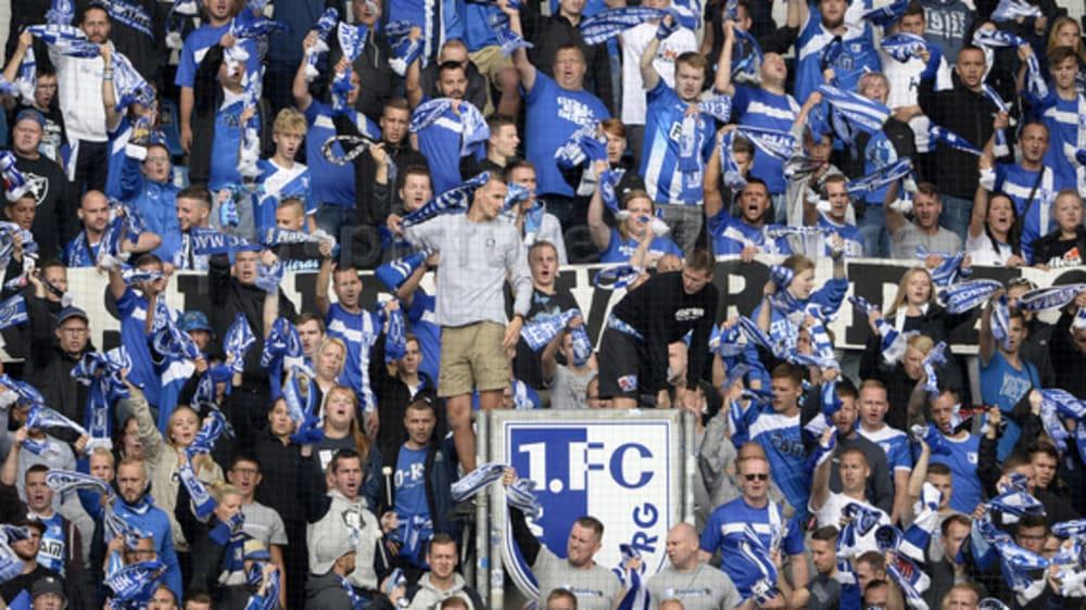 Dürfen demnächst auch wieder zum Hüpfen ansetzen: Die Fans des 1. FC Magdeburg