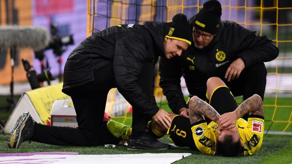 Schmerzhaft: Paco Alcacer wird am Boden liegend behandelt.