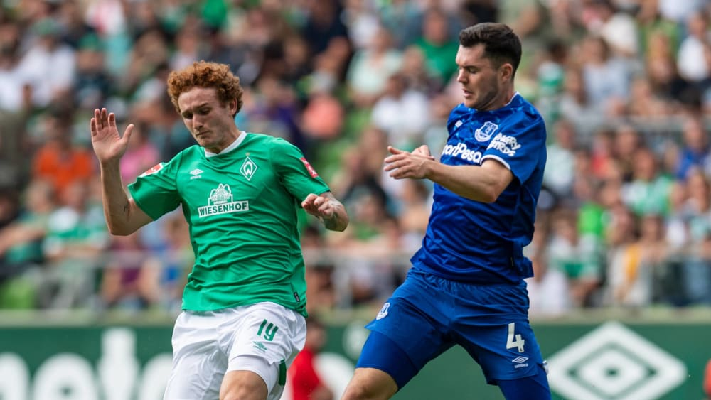 Joshua Sargent (links) gegen Michael Keane