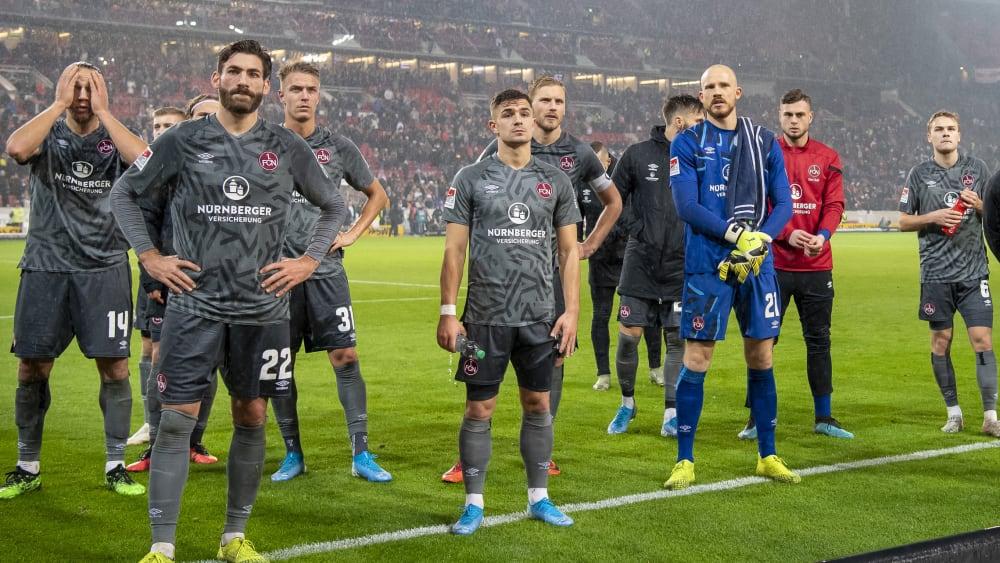 Konsterniert: Die Profis des 1. FC Nürnberg nach der 1:3-Niederlage in Stuttgart.